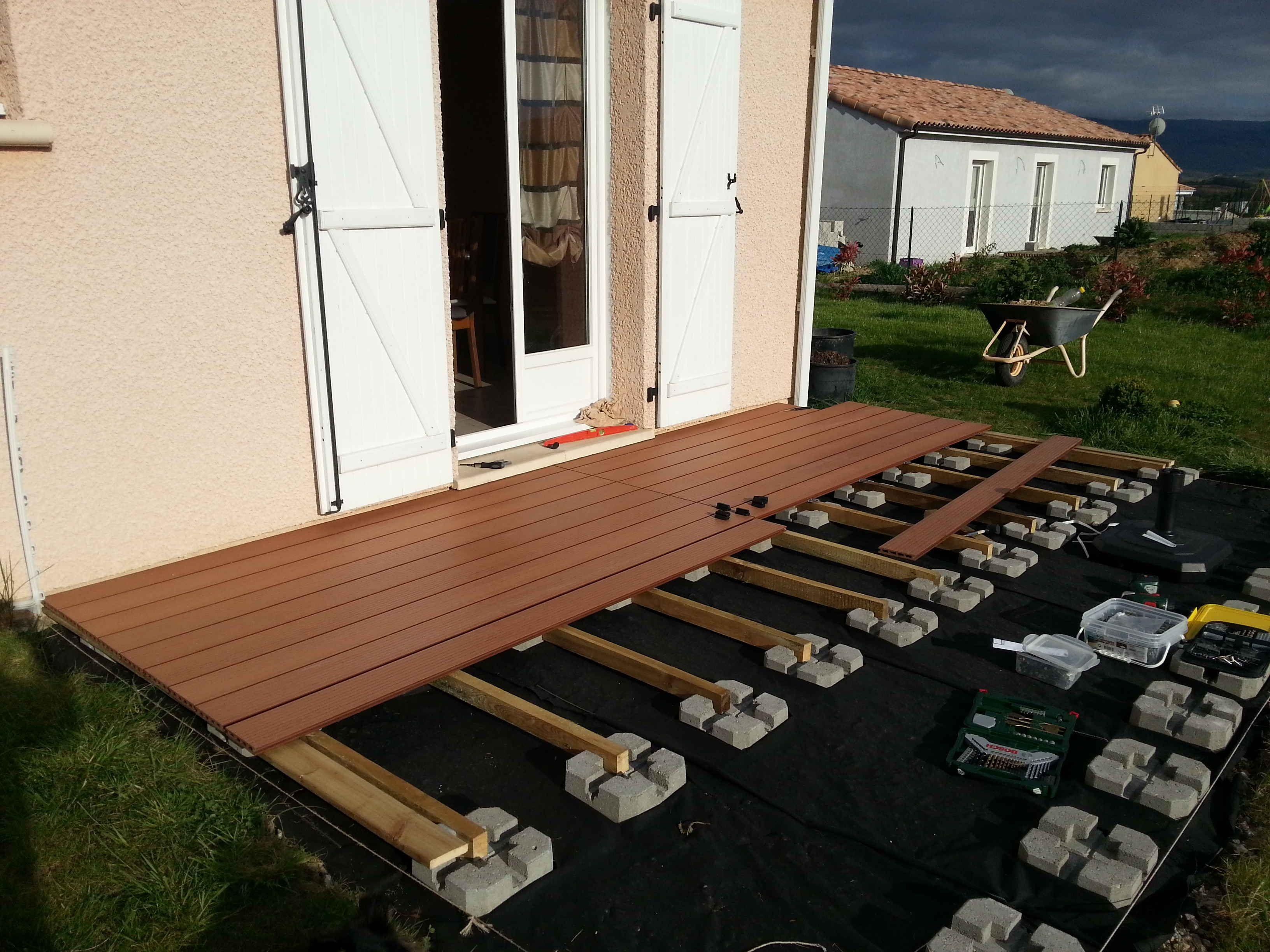 Comment Poser Une Terrasse Composite Sur Lambourdes Et Plots Terrasse Composite Terrasse Bois Composite Terrasse Bois