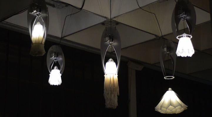像水母跳舞的害羞花燈在天花板綻開 http://daman.cool3c.com/node/60673