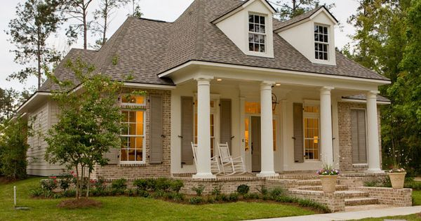 Great Exterior Paint Colors: Columns And Stucco Are Painted In Sherwin Williams  U201cPearly Whiteu201d
