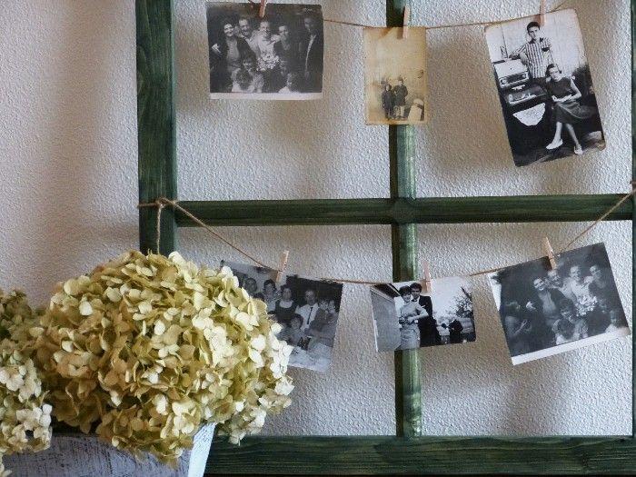 Okno do vzpomínek Dekorace ve tvaru okenního rámu ze dřeva. Mořeno na tmavě zeleno. Provaz je pouze přivázaný. Velikost : cca. 51x 74 cm. Dodání bez dekoraci! Každý kus je originál, v detailech se mohou lišit od vyfoceného.