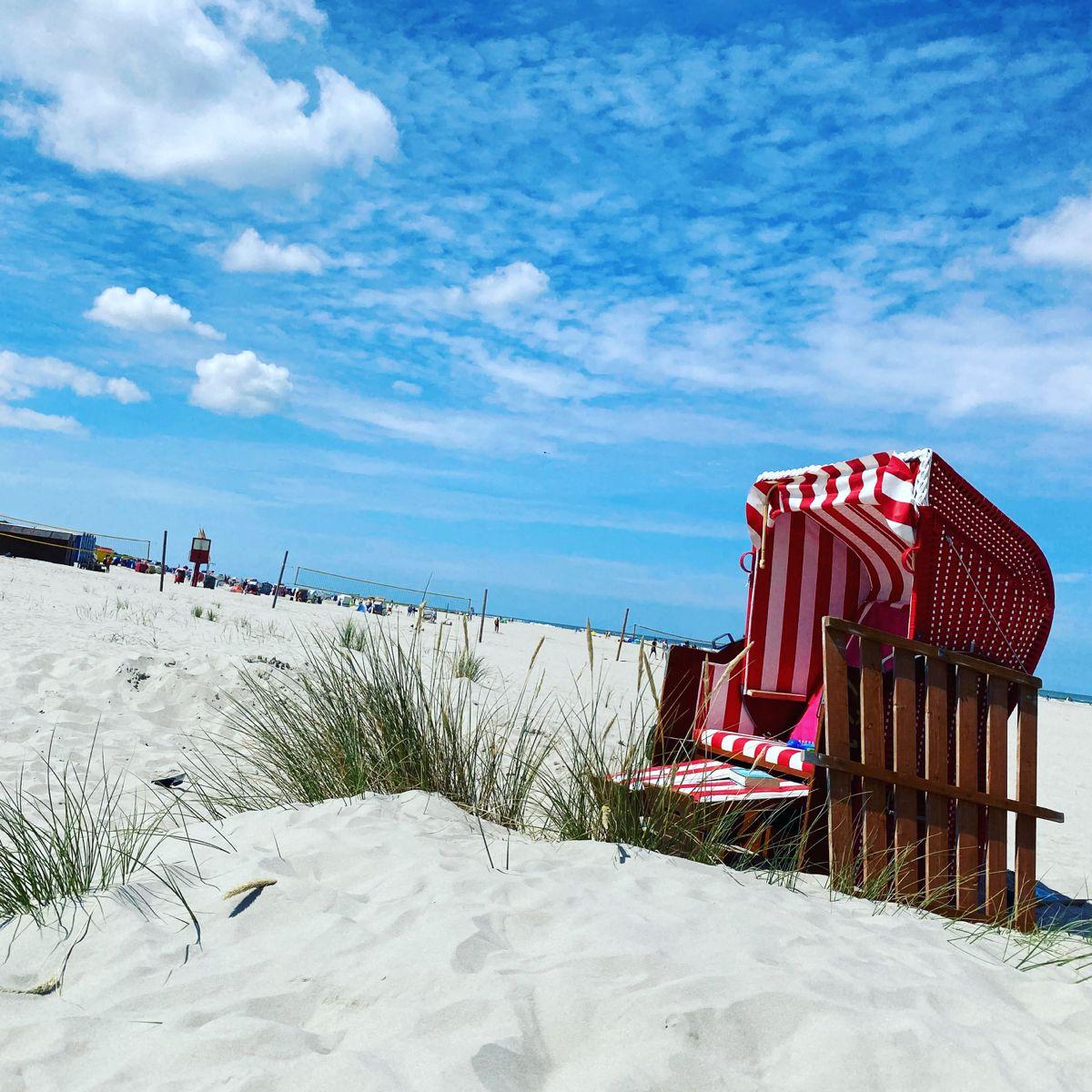 Strandkorb am Strand von Juist in 2020 | Schönen urlaub