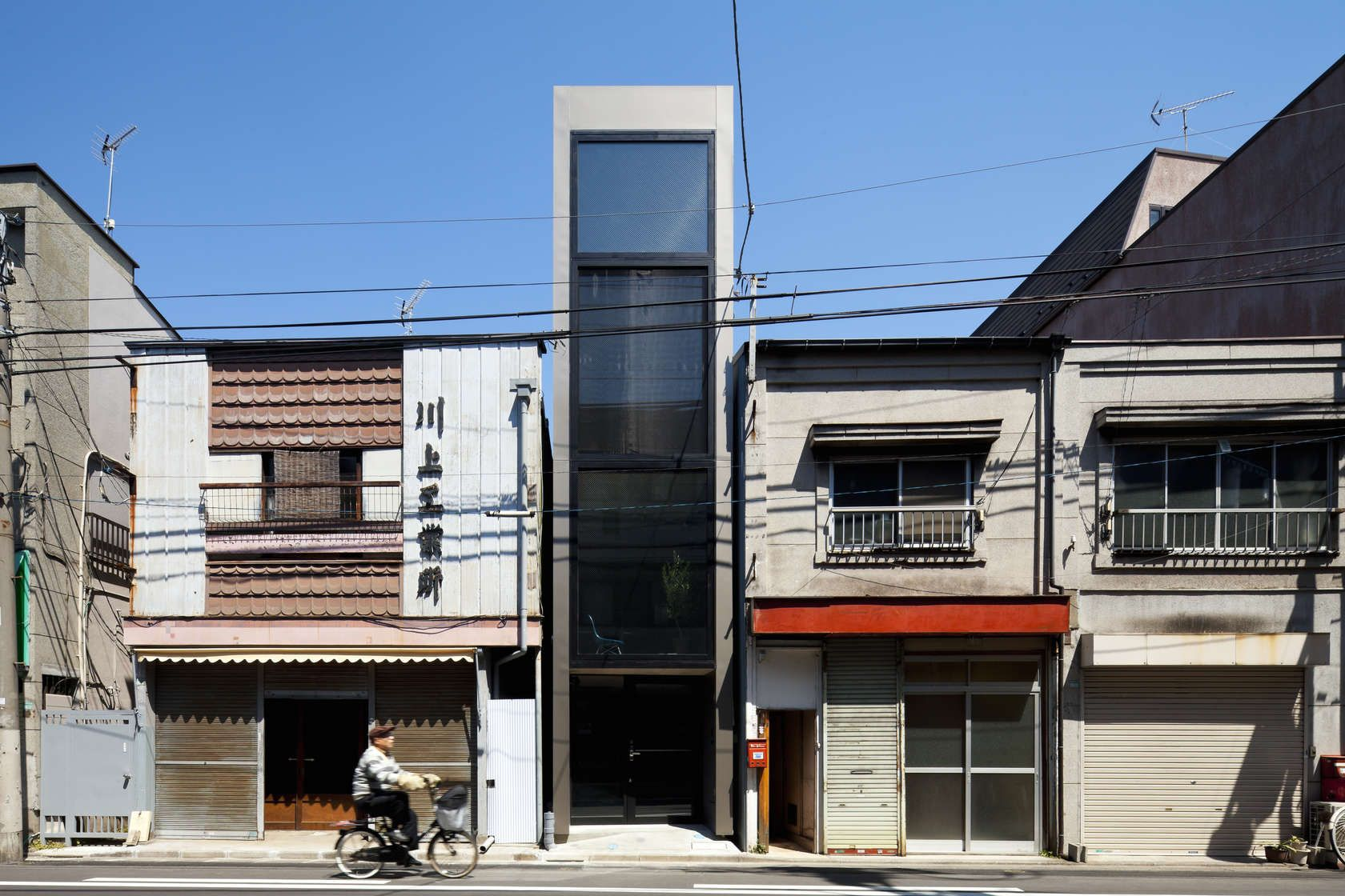 Width house is a private home located in toshima japan it was designed by yuua architects associates in photos by toshihiro sobajima