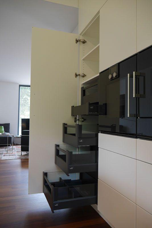 Moderne Küche mit Kücheninsel - Deckensegel und Kücheninsel mit