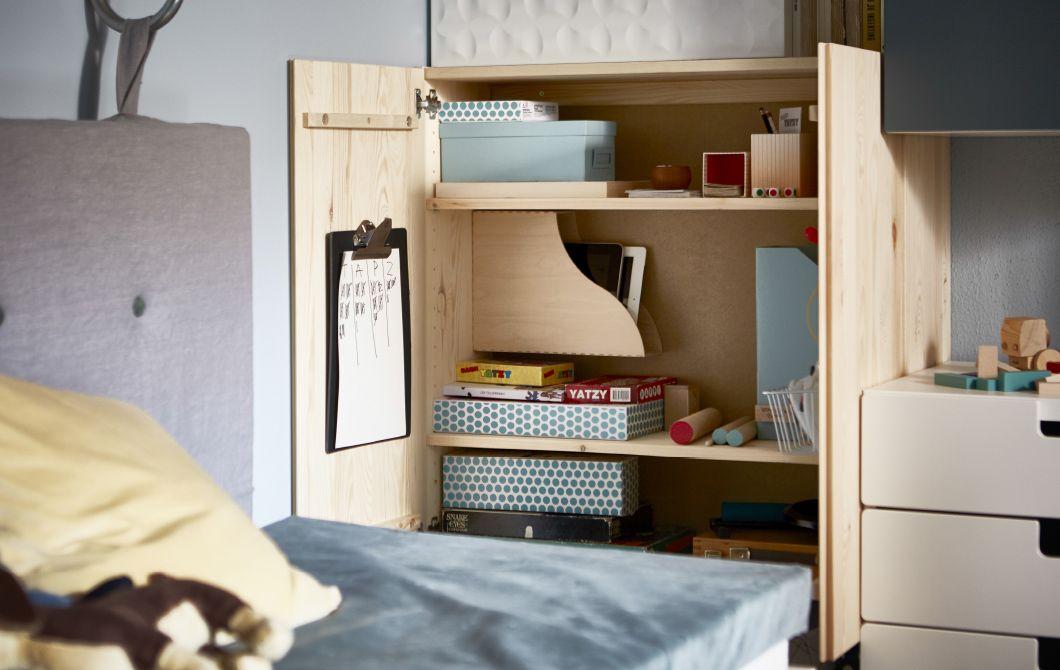 ein offener ivar schrank mit organisation f r spiele in boxen und zeitschriftensammlern ikea. Black Bedroom Furniture Sets. Home Design Ideas