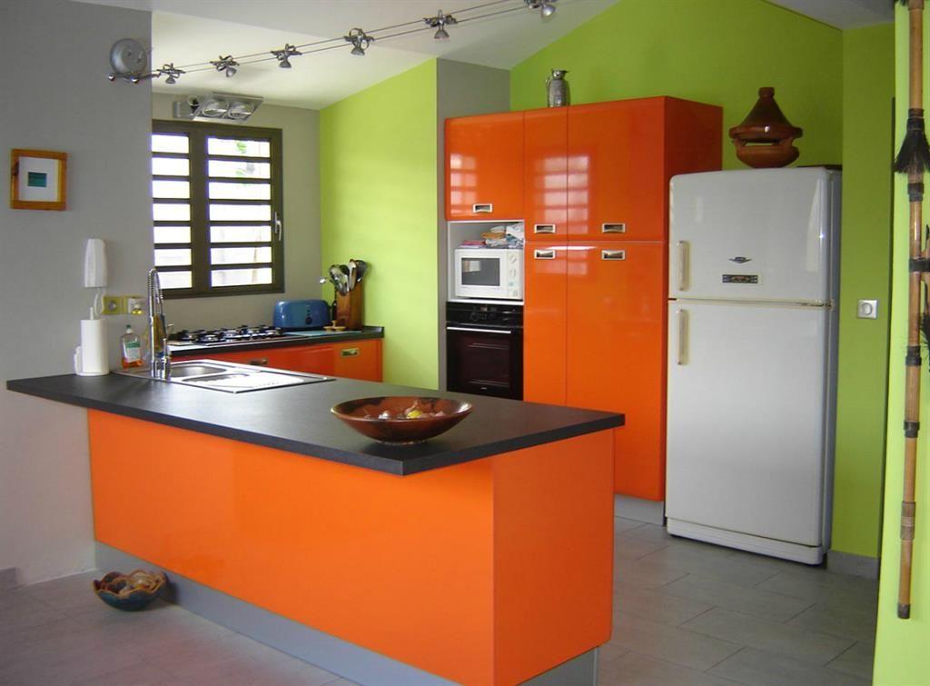 cuisine avec meubles oranges et murs verts cuisine