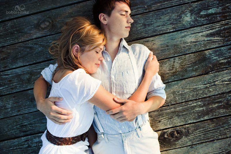 I love lying down couples photos...