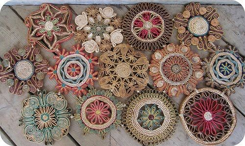 I love these raffia trivets... the link takes you to a blog entry in Portuguese about recycled/upcycled trash paper
