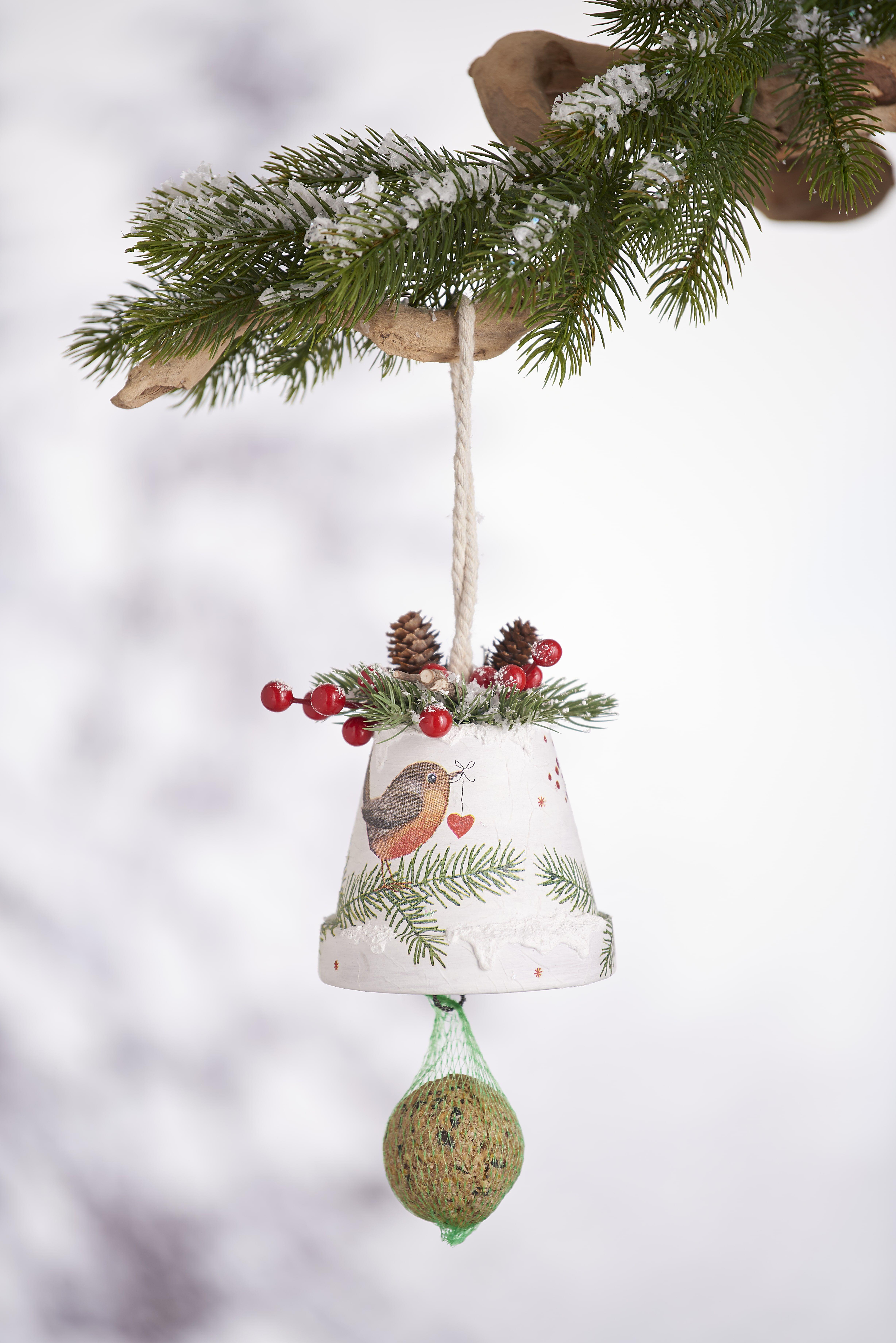 Vogelfutterglocke aus einem Terrakotta-Topf unf Serviettentechnik #weihnachtendekorationdraussengarten