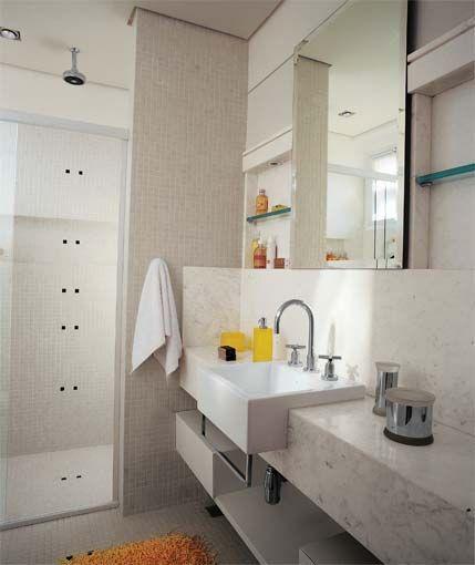 Banheiros estreitos e compridos (ideia da parede do box e da pia de mármore)  -> Decoracao De Banheiro Comprido
