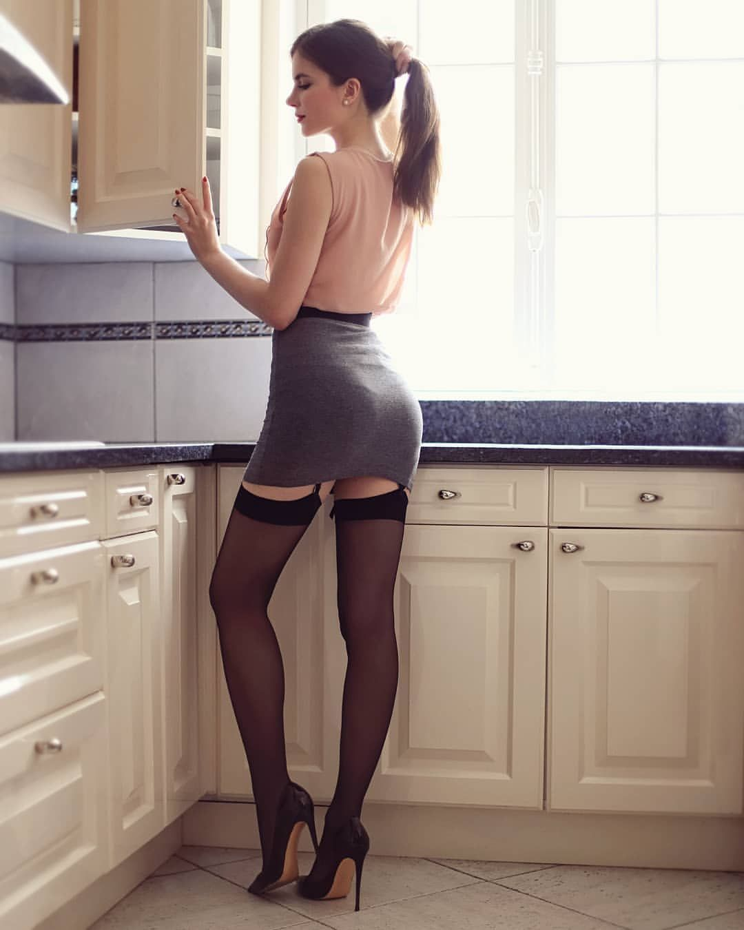 Housewife pantyhose down thighs photos