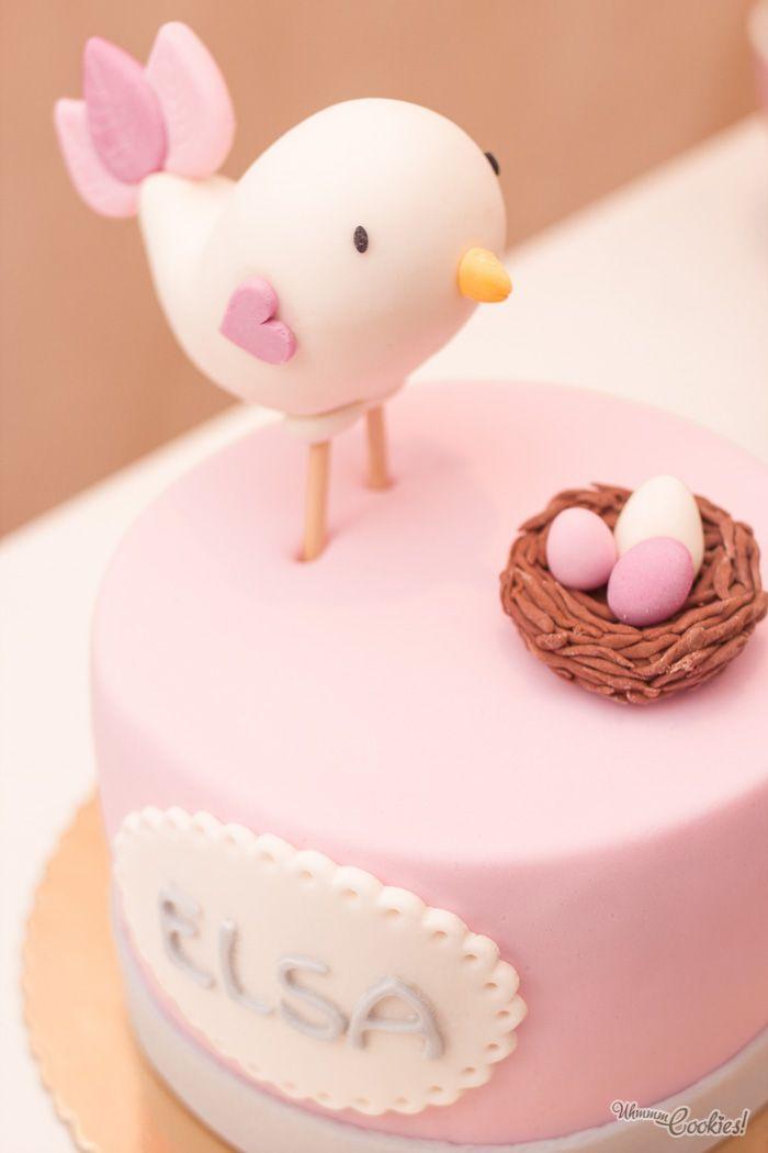 «The chicken which lives on a cake». 3 layers of delicious vanilla and buttercream cake, where a little chicken lives on. Beware, it guards its eggs bravely!   //   «El pollo que vive sobre una tarta». 3 capas de delicioso bizcocho de vainilla y buttercream sobre las que vive un pollito. Cuidado, ¡protege sus huevos con valentía!