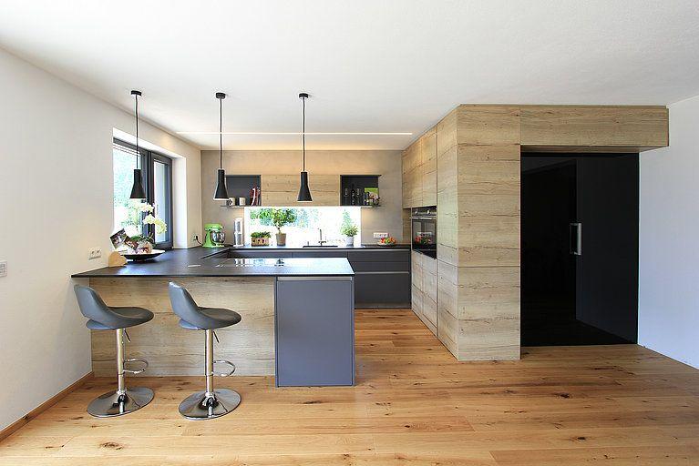 Moderne Kuche Mit Versteckter Speis Laserer Tischlerei In 2020 Moderne Kuche Haus Kuchen Und Kuche Anthrazit