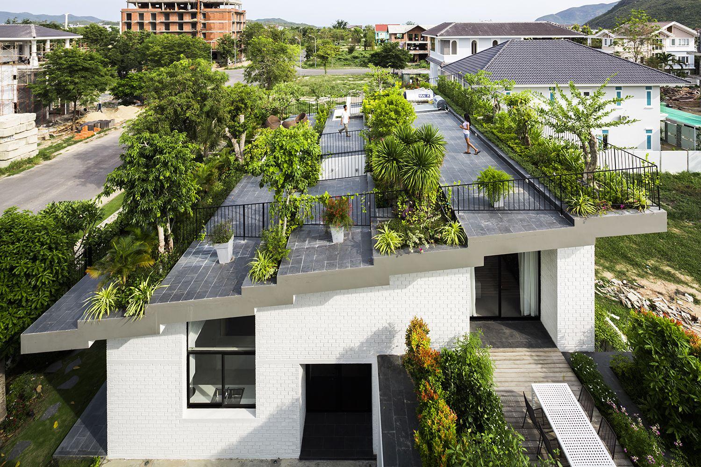 Ruimtegebrek dit moderne huis heeft een grote tuin óp het dak