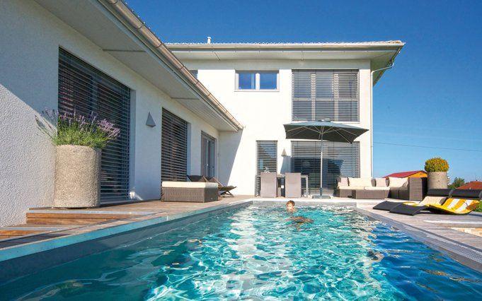 Moderne häuser mit innenpool  Modernes Einfamilienhaus mit Pool –