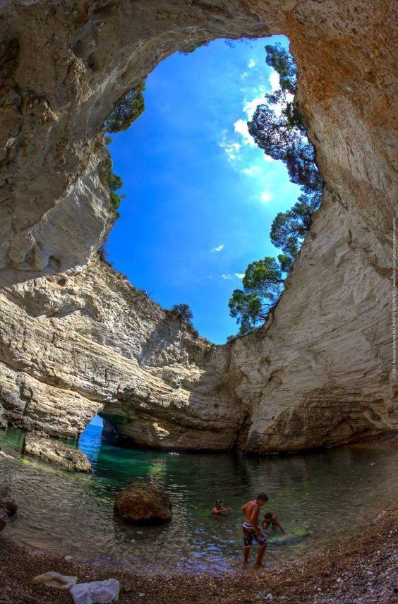 Grotta Sfondata in Vieste, Gargano. Er zijn 2 grotten in