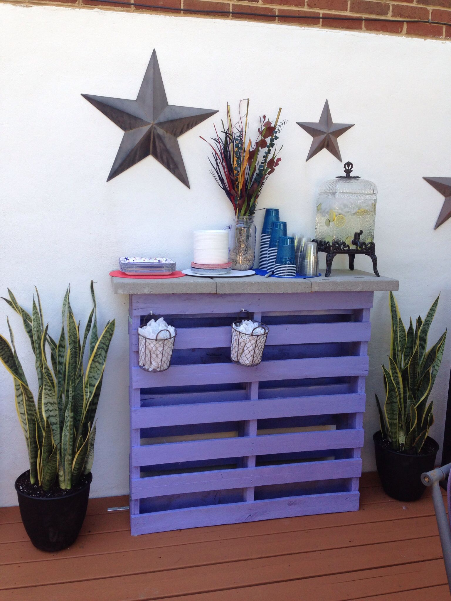 Easy Pallet Table! Two pallets, place together and paint