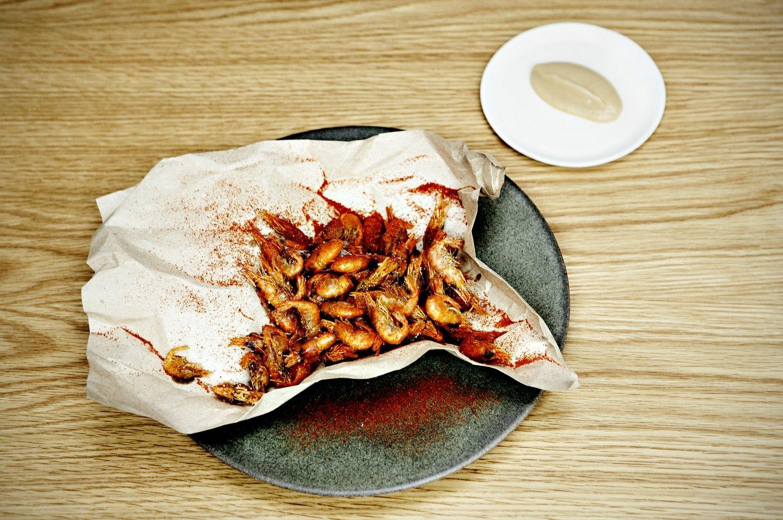 Sprødt. De små rejer vendes i rugmel og paprika, inden de steges hårdt i olie. Foto: Martin Bubandt (arkiv)