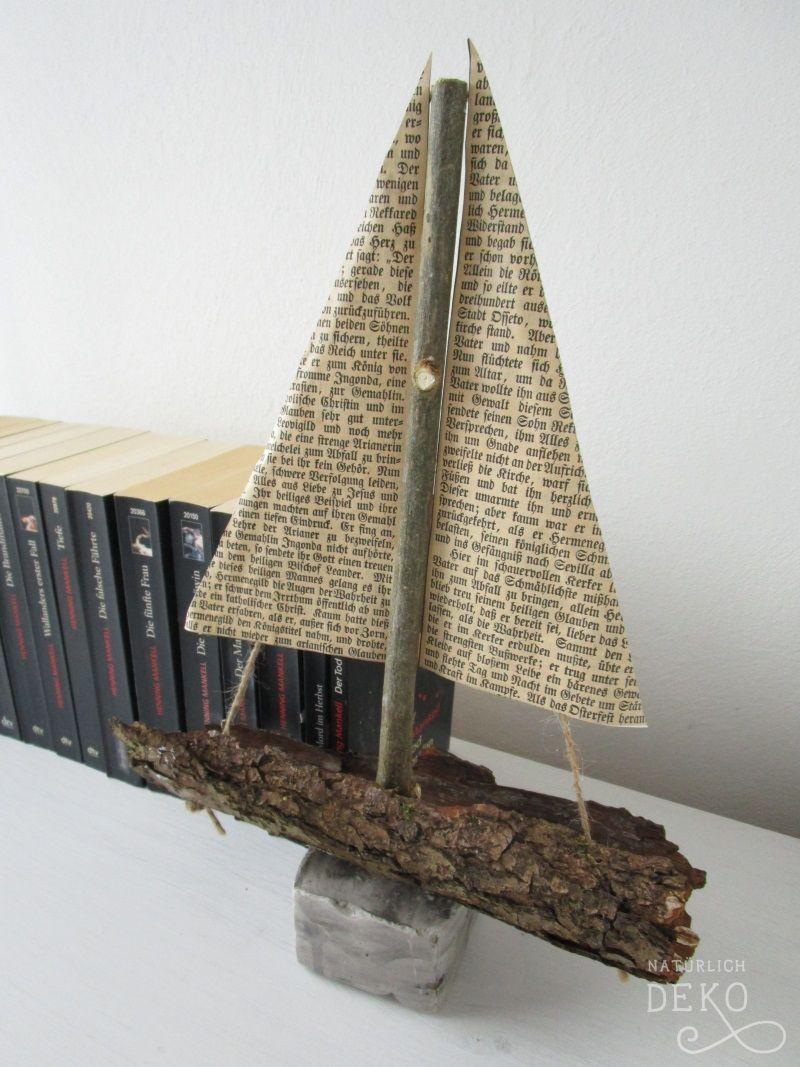 ein deko-schiff mit segeln aus alten buchseiten | natürlich deko