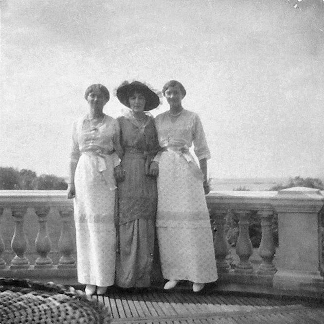 Grand Duchess Olga Nikolaevna e sua irmã Grand Duchess Tatiana Nikolaevna entre uma mulher desconhecida na Lower Dacha em Peterhof, 1915.