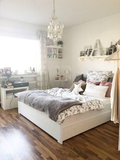 Gem tliches zimmer mit gro em doppelbett und kuschliger for Ideen schlafzimmer gestalten