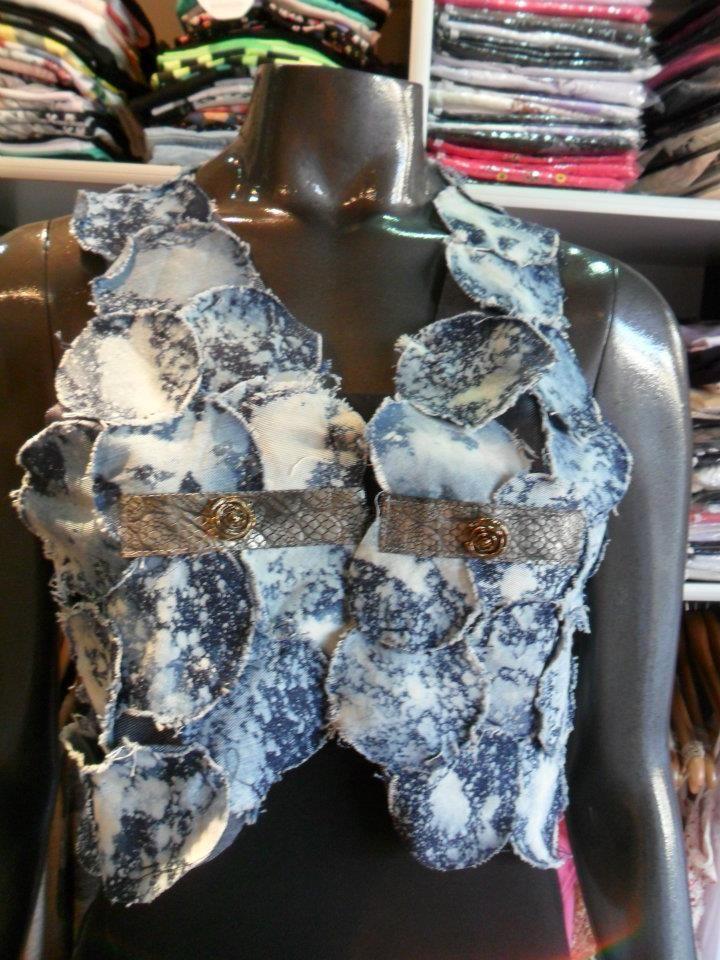 Chaleco con circulos de jeans ,detalle en cuerina + boton flor