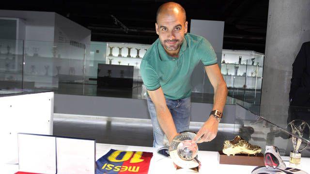 Pep Guardiola lliura al Museu el trofeu de millor tècnic del