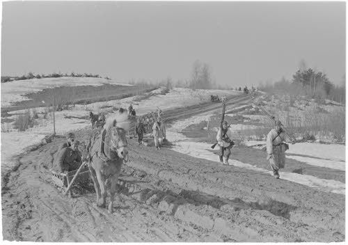 Tie Pertjärven motin maastossa huhtikuussa 1942.Hevosetkin liikkuivat näillä teillä vain vaivoin.