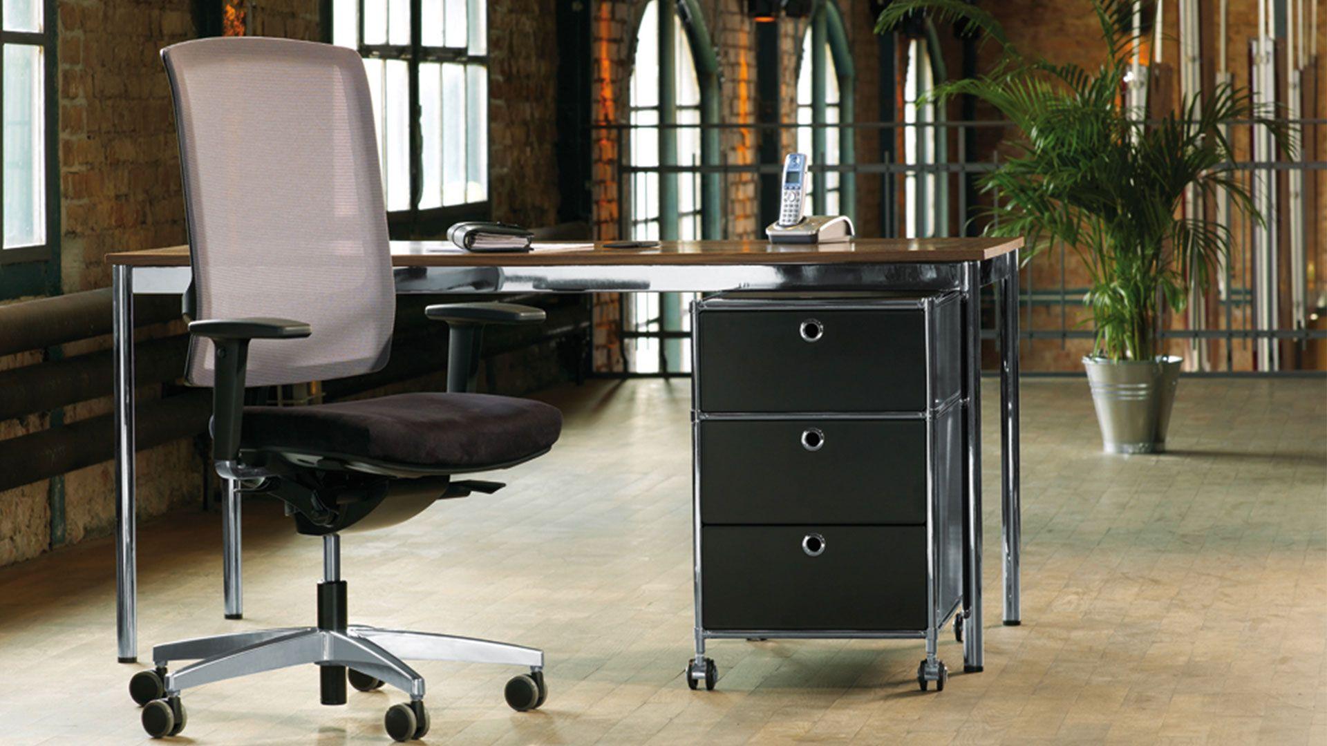 Chefschreibtisch Tisch Chefarbeitsplatz Design-Schreibtisch mit Holz-Tischplatte Formschoene Tischbeine Schreibtischbeine mit Chromgestell