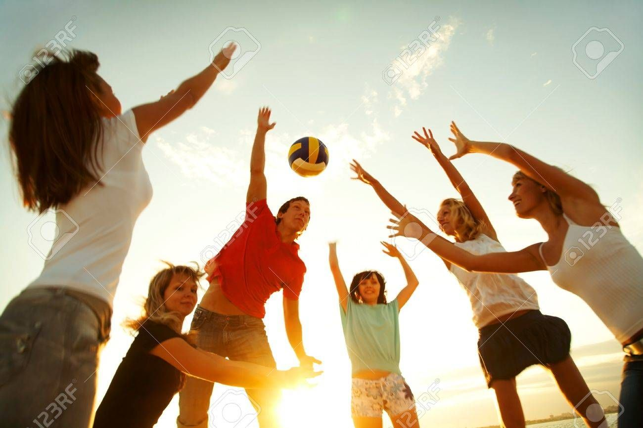 Group Of Young People Playing Volleyball On The Beach Sponsored People Young Group Beach Volleyball In 2020 Stay Young Fun Workouts Outdoor Games To Play
