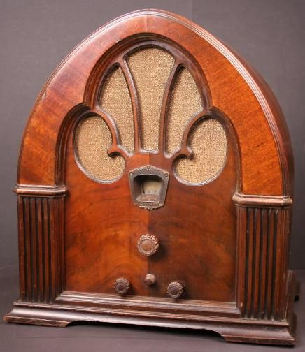 Philco Model 90 Baby Grand Cathedral Radio (1931)