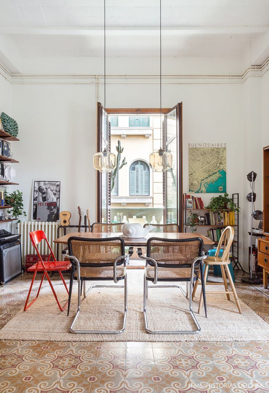 des chaises d�pareill�es pour une salle � manger �clectique