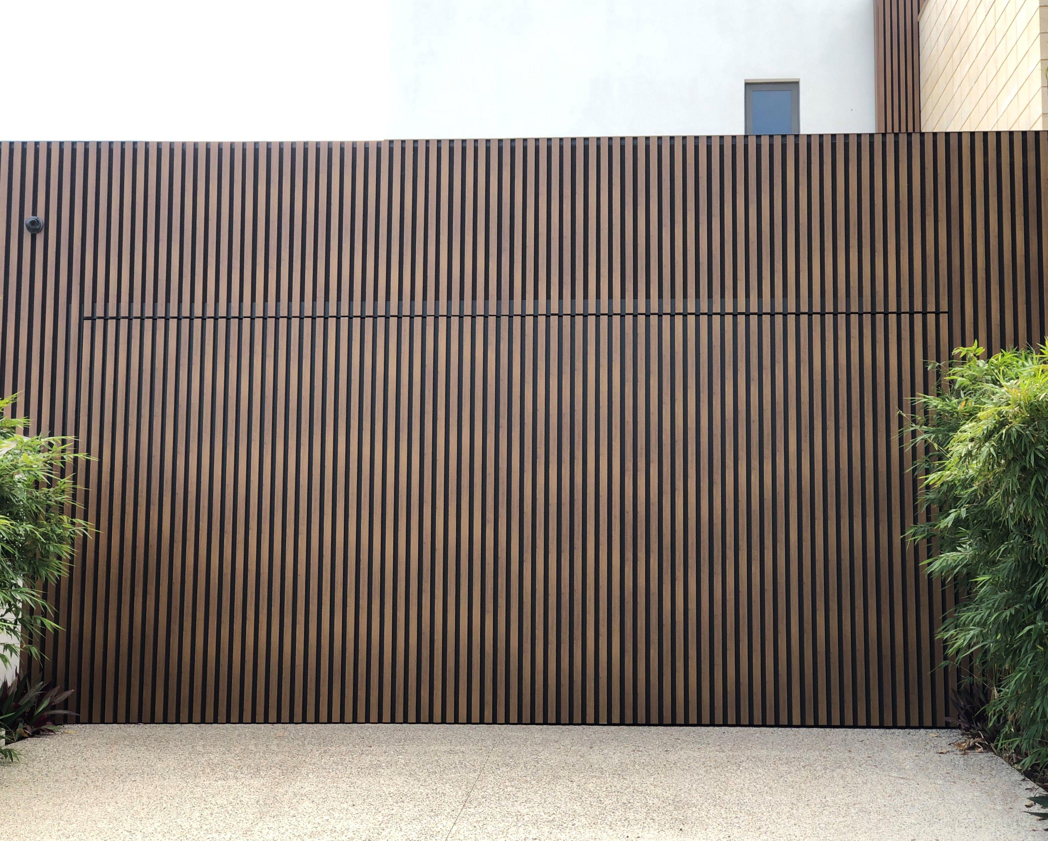Modern Garage Door Featuring Decobatten Timber Look Battens In 2020 Facade House Modern Farmhouse Exterior Timber Garage