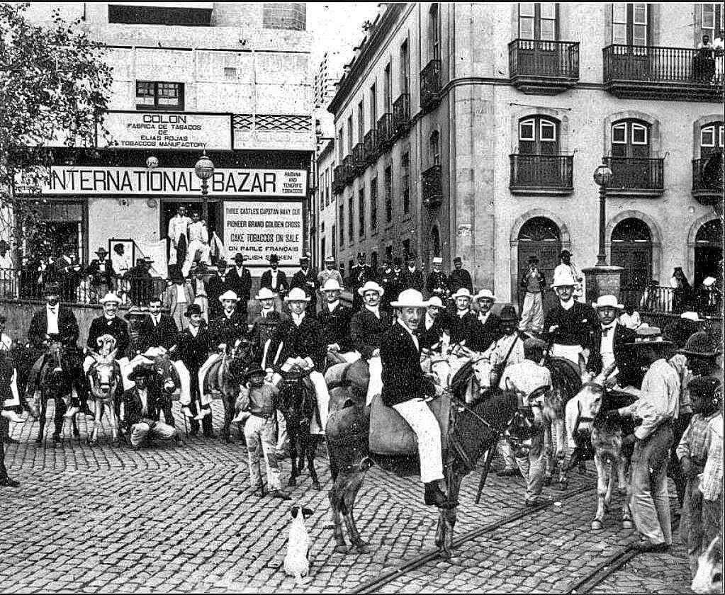 1904.Oficiales de la Armada Argentina de la fragata Sarmiento en escala en Tenerife Septiembre 1904 en la calle la Marina