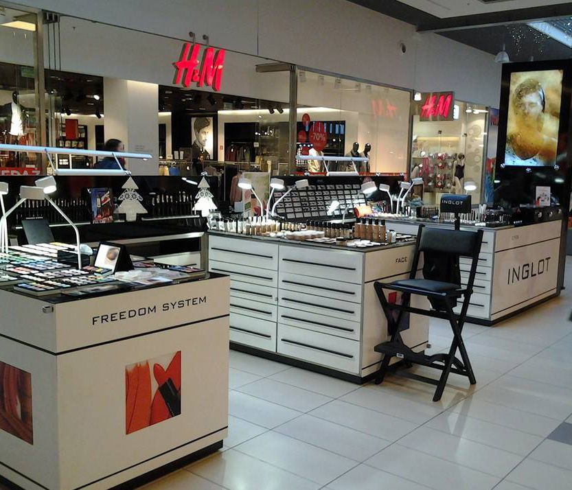 STORES. Makeup stations and beauty parlour for sales outlets ...