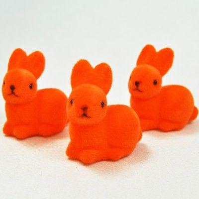 Enfin du pep's et de la couleur pour votre déco de Pâques ! Commercialisés par 3 et très doux au toucher, ces petits lapins flockés seront l'allié de votre déco de table pour fêter Pâques dignement. N'hésitez pas à les associer avec les articles coordonnés qui font partie de notre sélection Pâques.