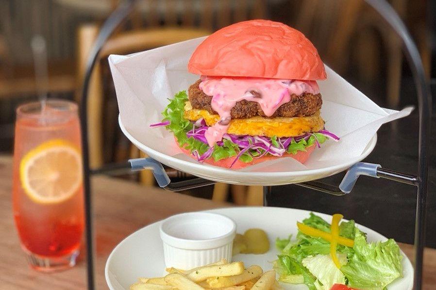 Watch Headline: 京都嵐山で期間限定桜色メンチハンバーガー