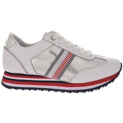 e1ab89f8b1f Γυναικεία παπούτσια casual TOMMY HILFIGER σε λευκό χρώμα με αμημένιες, μπλέ  και κόκκινες λεπτομέριες.