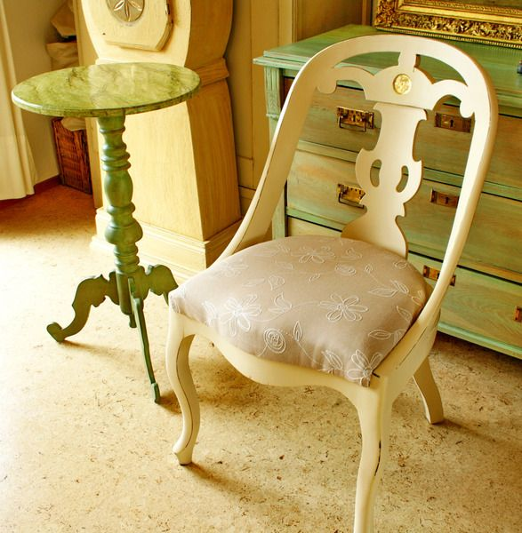Schöner alter Göteborgstuhl aus Schweden. Wir haben den Stuhl in Altweiß gefasst und mit Blattgold an der Lehne verziert. Ein wirklich dekoratives ...