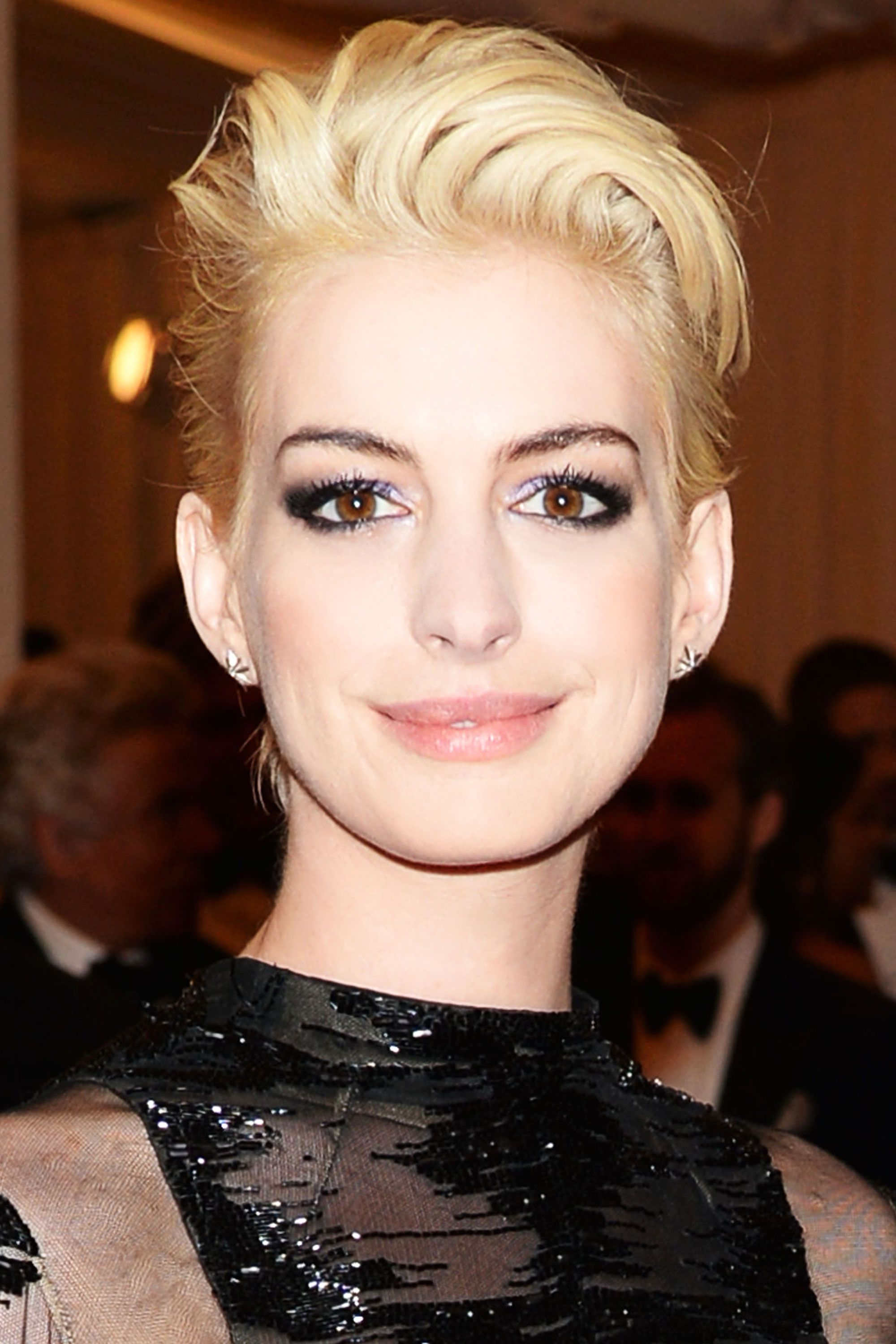 Anne Hathaway Blonde Short Hair At The Met Ball 2017