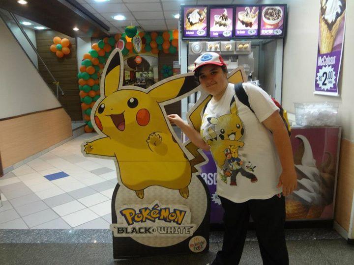 Com minha camiseta, boné e mochila do Pokémon durante a campanha de Pokémon no Mc Lanche Feliz em outubro de 2012, no Brasil.