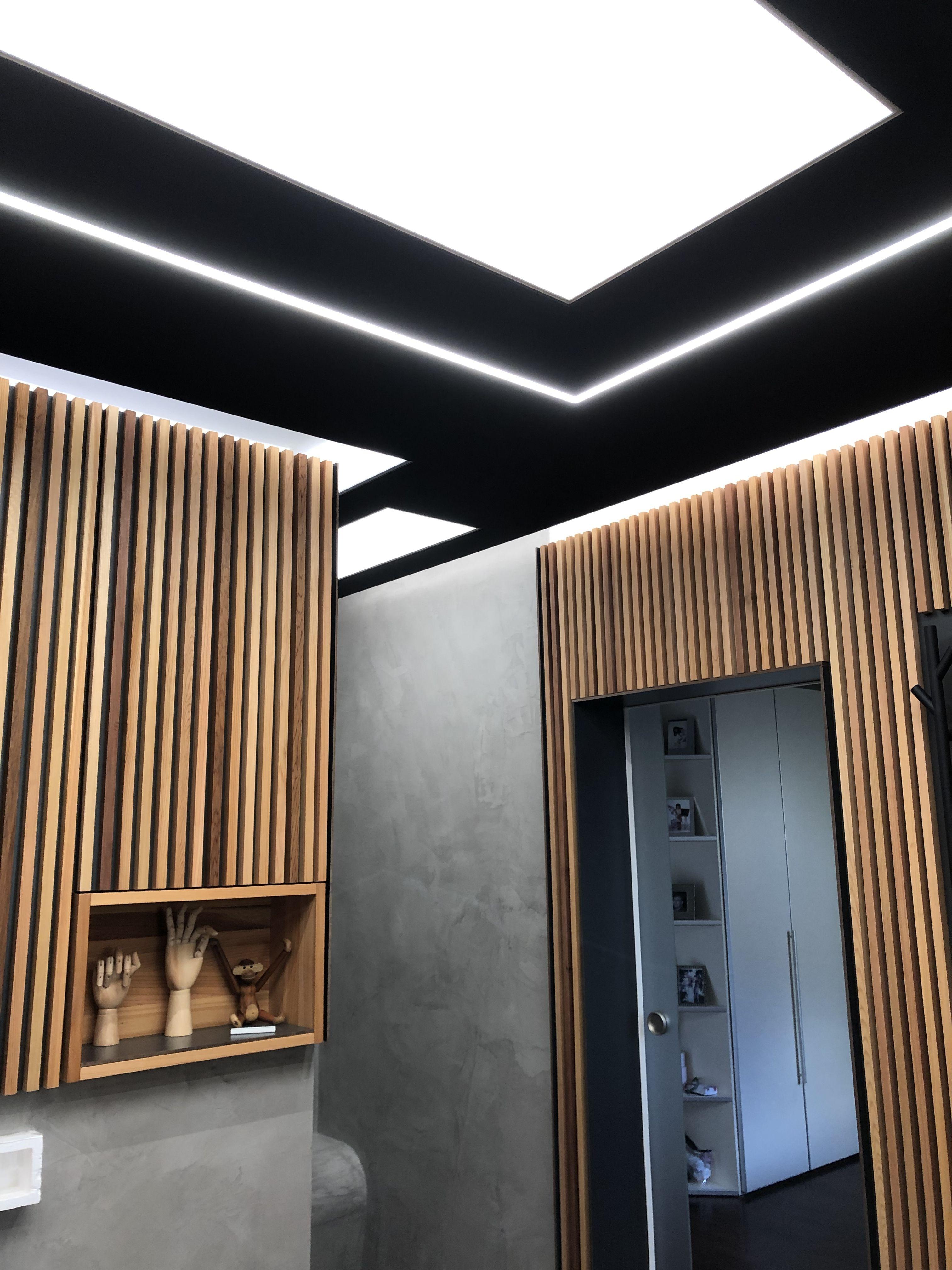 Schwarze Spanndecke Mit Lichtfelder Lichtkanal Und Indirekter Beleuchtung Moderne Deckengestaltung Indirekte Beleuchtung Spanndecken