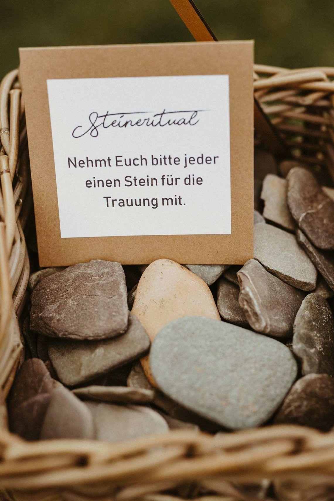 Steinritual Bei Der Hochzeit Wahrend Der Trauung Trauspruch Hochzeit Hochzeit Aktionen Trauung