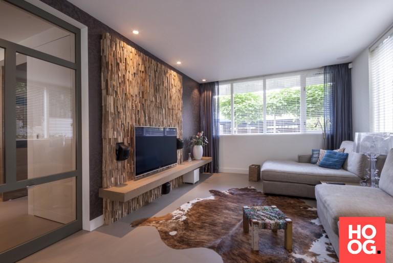 Moderne woonkamer inspiratie met wandafwerking van hout | Inrichting ...