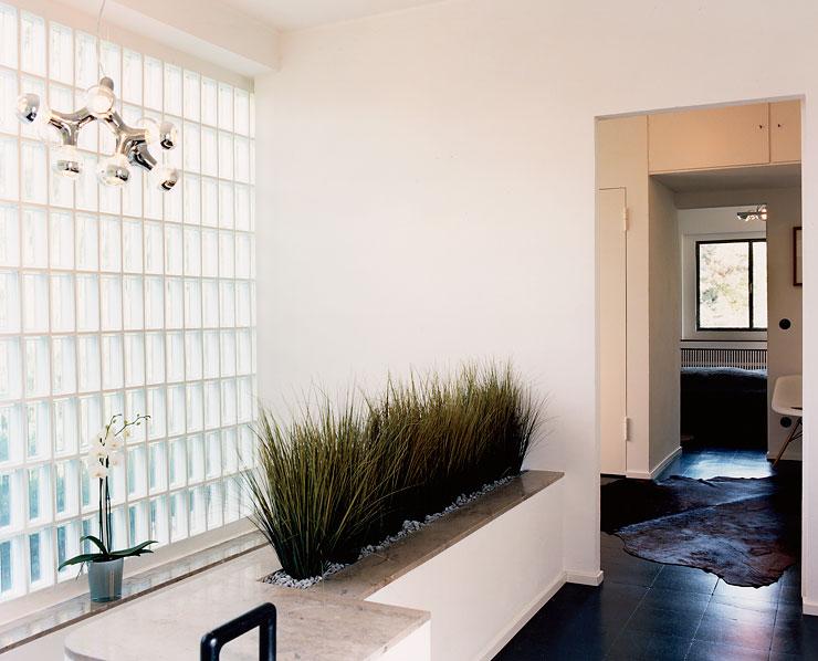 kubistisches flachdachhaus im mies van der rohe stil glasbausteine im treppenhaus treppenhaus. Black Bedroom Furniture Sets. Home Design Ideas