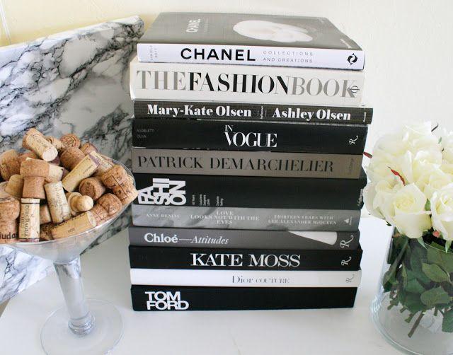 Decorando O Ambiente Com Uma Pilha De Livros Da Chanel Vogue