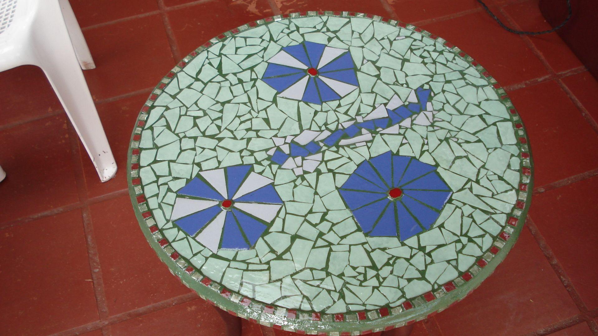 Mesa redonda para jardin en mosaico mosaico trabajos que for Mosaicos para jardin