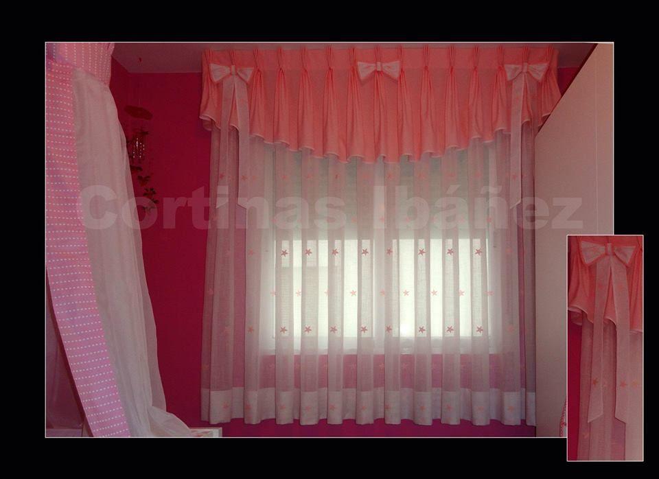 cortina infantil de visillo bordado con motivos y volante con forma en tela de raso