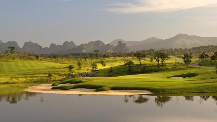 Ngày hôm nay, thời tiết trên sân chơi golf nắng gắt có phần ảnh hưởng không tốt tới phong độ thi đấu của các golf thủ.