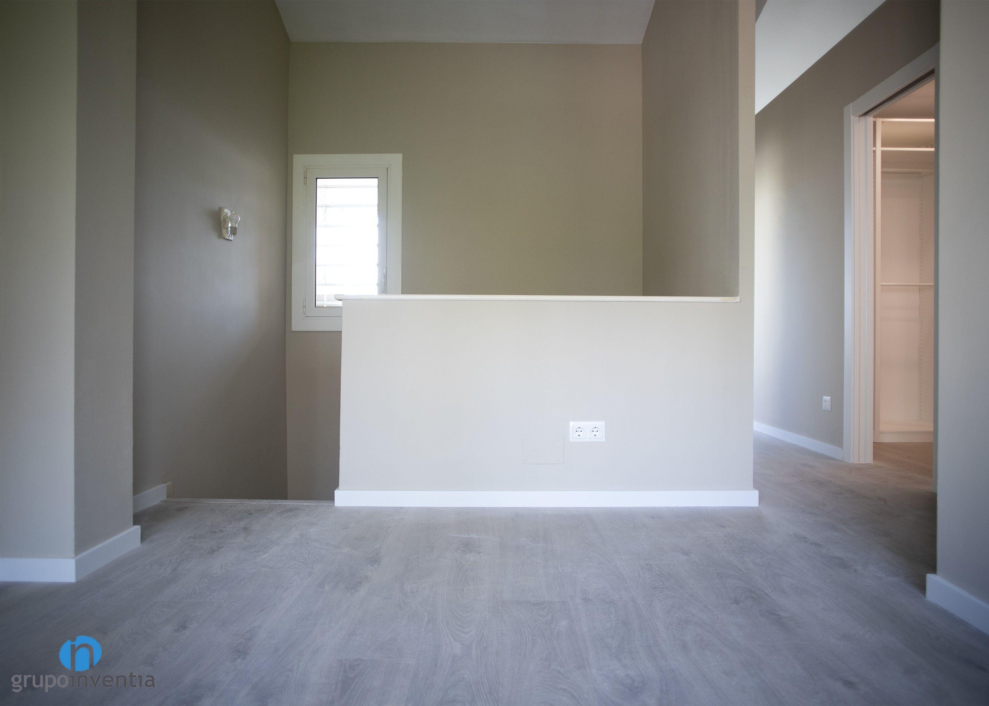 En la nueva imagen del dormitorio predomina el color beige ...