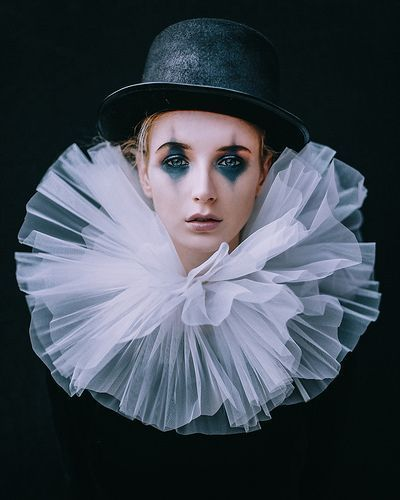 Photo of Den triste klovnen i karneval kostymer # klovn # av # karneval kostymer #traur